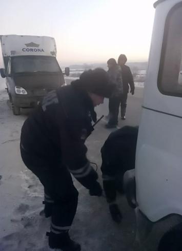 Инспекторы свердловской ГИБДД спасли двух мужчин, которым грозила смерть от холода