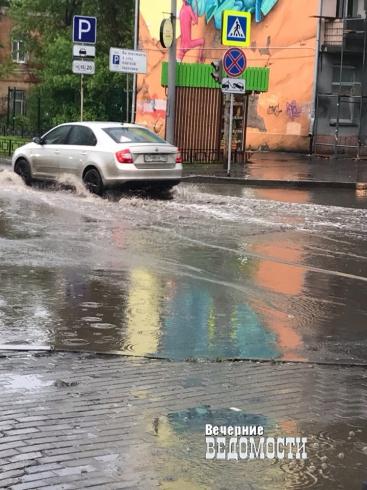 Ливневая канализация не справилась с грозовым дождем в Екатеринбурге