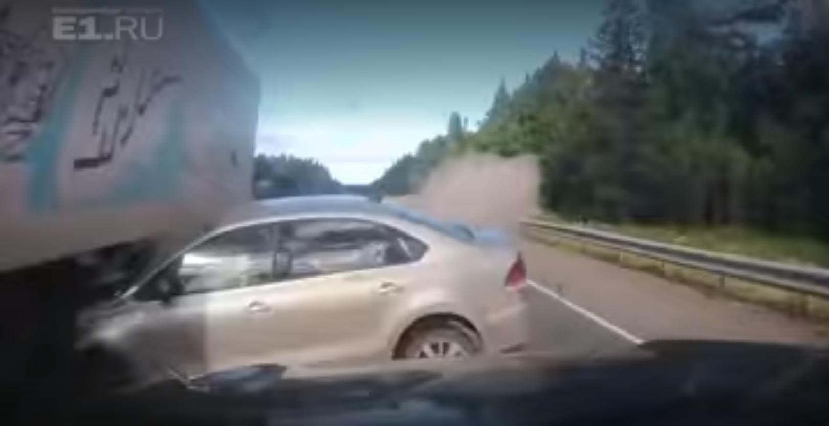 Видеорегистратор Lexus снял момент столкновения с Volkswagen Polo в ДТП на трассе Пермь — Екатеринбург (фото, видео)