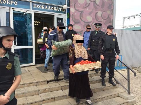 В Екатеринбурге приставы опечатали здание рынка на овощебазе, работавшее без разрешения на эксплуатацию