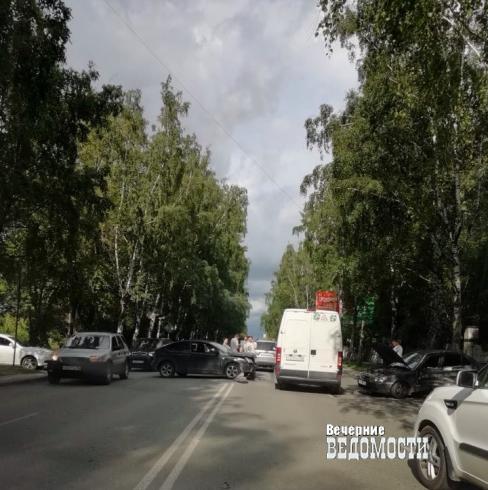 В Екатеринбурге на улице Блюхера столкнулись две иномарки