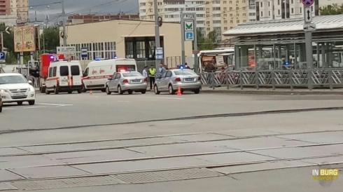 На остановке в Екатеринбурге автомобиль сбил двух человек