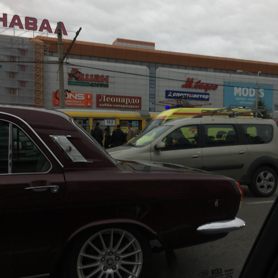 В Екатеринбурге, возле ТРЦ «Карнавал», мальчик попал под трамвай