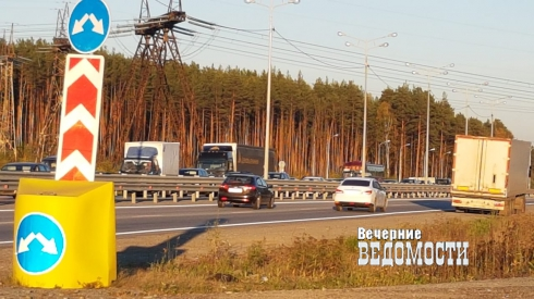 В Екатеринбурге на Московском тракте упавшая фура перекрыла движение в сторону Первоуральска