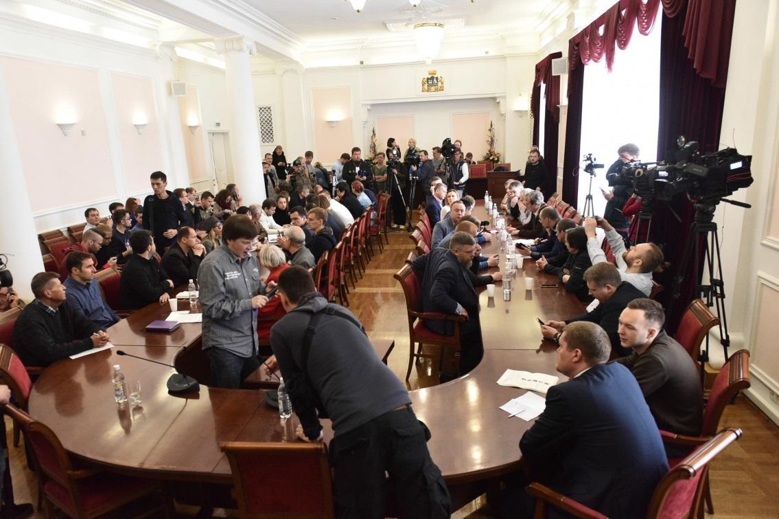 В мэрии Екатеринбурга проходит встреча главы города с протестующими против строительства храма в сквере (ТРАНСЛЯЦИЯ)