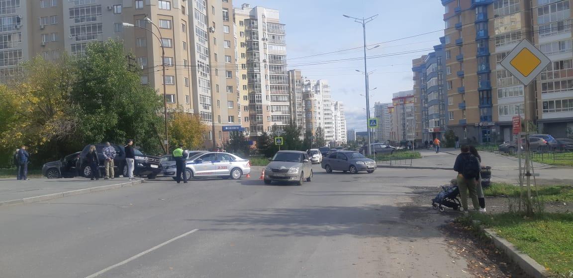 В Екатеринбурге в районе Южного автовокзала произошло массовое ДТП с пострадавшими